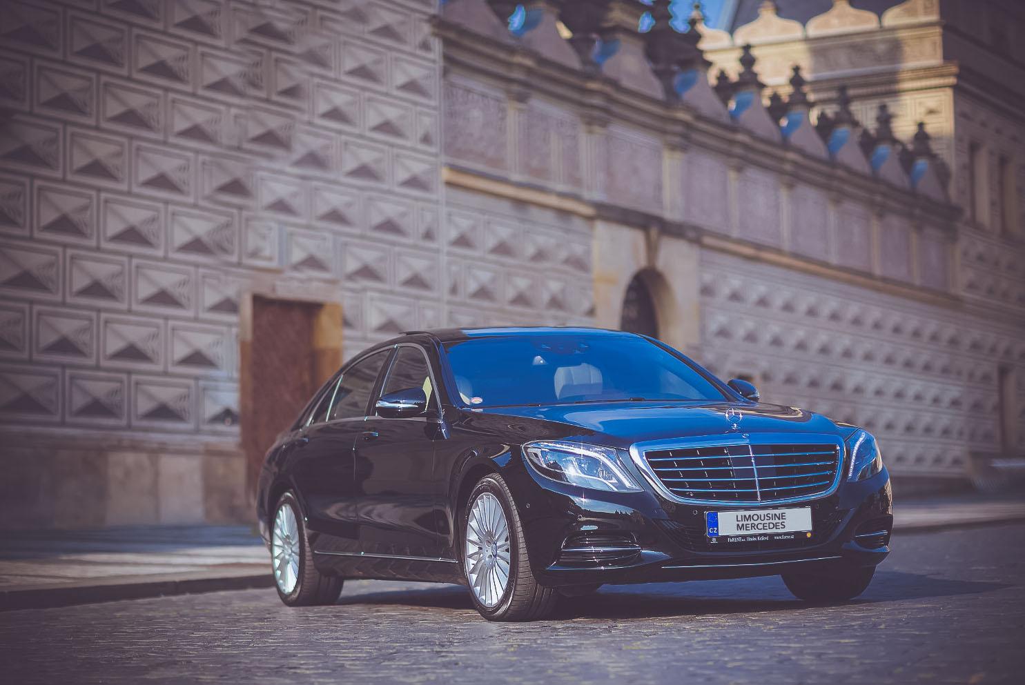 černý Mercedes-Benz S-class na Pražském Hradě určený k pronájmu s řidičem